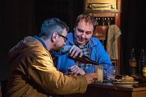 Divadlo MY Theatre zahrálo v sobotu v českotřebovském klubu Modrý trpaslík hru Václava Havla Audience.