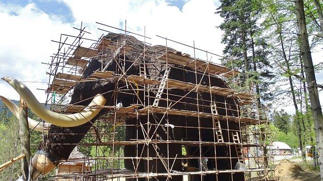 Stavba modelu mamuta na Dolní Moravě.