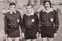 Tři významní rozhodčí z České Třebové v akci na hřišti. Uprostřed stojí Zdeněk Vrba, po jeho boku jsou jeho již zesnulí kolegové a kamarádi Václav Dostál (vlevo) a Jiří Jelínek.