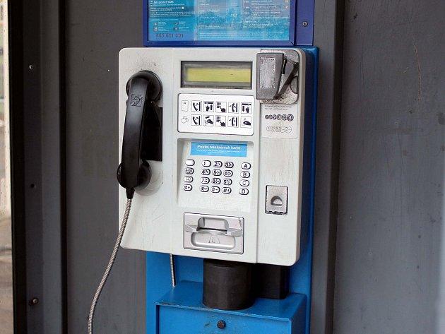Telefonních budek je stále méně, úplně ale nezmizí