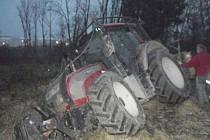 U Zámrsku zapadl traktor do jímky.