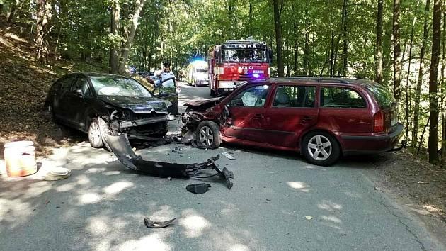 U Záchlumí se srazila auta, odvezla je odtahová služba.