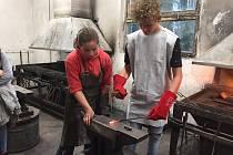 Na TECHNOhrátkách v Králíkách školáci kovali hroty ze železa.