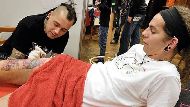 TATTOO ACTION hostil v sobotu Národní dům v České Třebové. Akce přilákala příznivce tetování, piercingu, bodyartu, krásy, módy, adrenalinu i tvrdé muziky.
