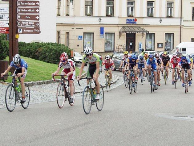 Mladí cyklisté v průběhu první etapy Malého závodu míru, jež nesla název Memoriál Jiřího Mráze, zavítali také do Jablonného nad Orlicí, kde projeli místním náměstím.