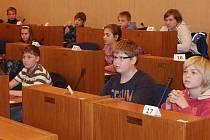 Účastníci Logické olympiády v lavicích zastupitelů.
