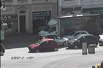 CESTOU NECESTOU  se vydal ve čtvrtek odpoledne 64letý šofér, který měl v dechu 2,86 promile. Na vysokomýtském náměstí naboural dvě auta, v dalším řádění mu zabránil muž, který mu sebral klíčky.