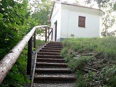 Ke kapli vedou nové schody.
