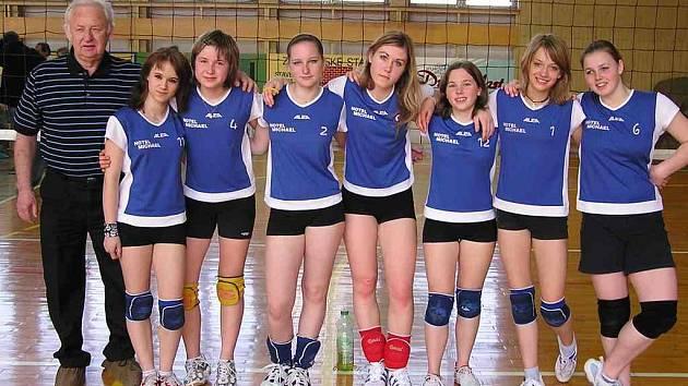 Turnaje v Novém Jičíně se zúčastnily (zprava): B. Poláčková, L. Stupecká, K. Pilnáčková, P. Schwabová, B. Václavková, T. Hynková, M. Tomanová, trenér Alois Vrátil.