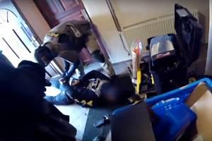 Policejní zásahová jednotka z Hradce Králové zadržela v rodinném domě na Orlickoústeku muže, který je obviněný z výroby a distrubice pervitinu.