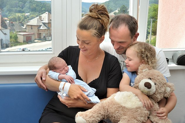 Albert Krejčí se narodil 19. 6. v 15.20 hodin a s rodiči Janou a Alešem a sestřičkou Viktorkou bude doma v Žamberku. Chlapeček vážil 3,8 kg.