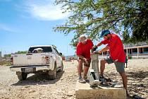 Pracovníci projektu Praga-Haiti při opravě studny Marie Goretti v areálu školy v Baie de Henne.
