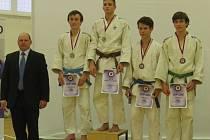 DVA CENNÉ kovy přivezli třebovští judisté z  mistrovství republiky dorostu. Karel Gregar obsadil druhou příčku a Vít Škrkoň (zcela vpravo) získal bronzovou medaili.