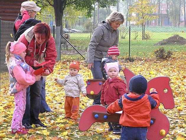 Dospěláci se oblékli do nápaditých kostýmů broučků a berušek, které děti nadchly.