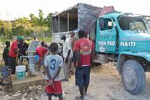 Technici Praga-Haiti s místními u studny Monika ve vesnici Bassin Hardy, Haiti.