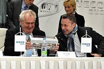 Prezident republiky při návštěvě ve společnosti Iveco ve Vysokém Mýtě.