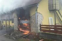 Požár kolny u domu likvidovalo pět jednotek hasičů