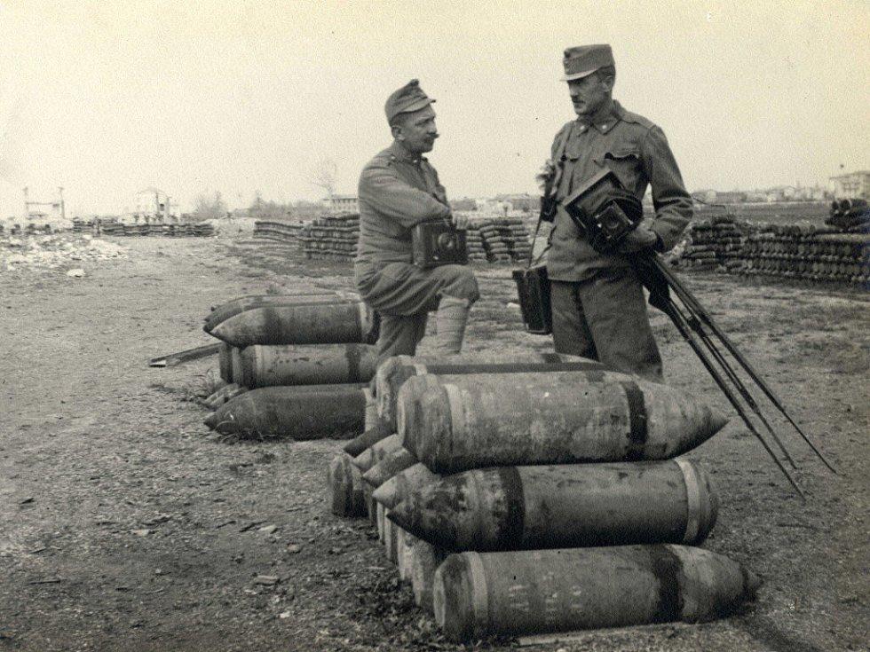 Ukořistěné střelivo italské u Udine. Vlevo Antonín Fuchs.