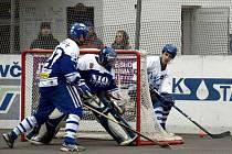 ZA BRANKOU se dá vstřelit gól horko těžko. Letohradští hokejbalisté se musejí více tlačit před branku, aby měli šanci na úspěch. Pak si mohou užít více gólové radosti, než tomu bylo proti Vlašimi.