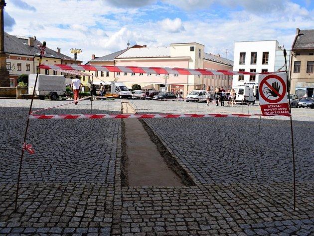 Z výstavby do kamene tesané časové osy v Lanškrouně.