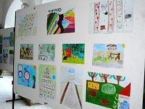 Arkády zdobí kresby dětí.