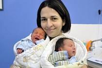 Matěj a Vít Hruškovi jsou dvojčátka, která se 1. prosince v 9.50 a 9.51 narodila manželům Radce a Milanovi z Dlouhé Třebové, kde už mají dceru Nellu. Chlapci vážili 2,85 a 2,92 kg.