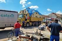 Dobrovolní hasiči z České Třebové v sobotu brzy ráno vyrazili pomáhat do obce Hrušky, které jsou jedním z nejvíce postižených míst po čtvrteční bouři na jižní Moravě.