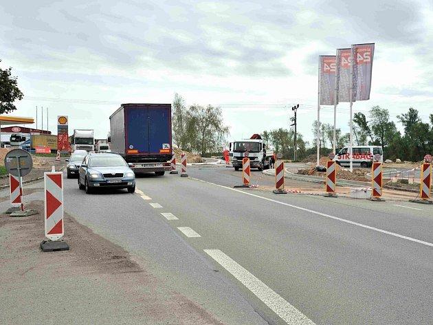 Z výstavby okružní křižovatky na silnici I/35 ve Vysokém Mýtě.
