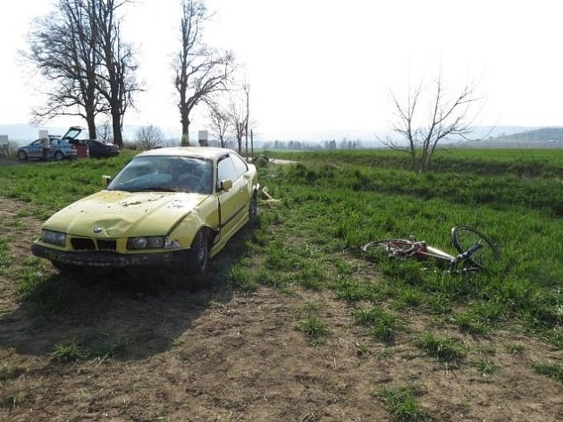 Mladý řidič smetl tři stojící cyklistky a skončil mimo silnici.