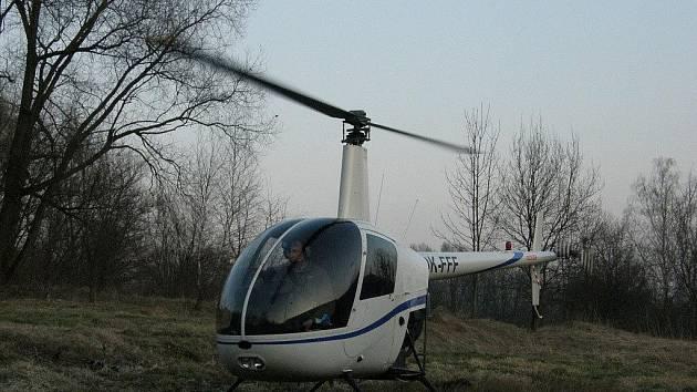 U benzinky v Ústí nad Orlicí nouzově přistála malá helikoptéra.