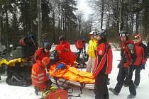 Nehoda lyžaře v Červené Vodě.