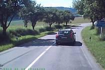 Řidiči u Ostrova dost riskantně předjížděl. Ohrozil tím nejen řidiče v protisměru, ale i cestující v autobuse.