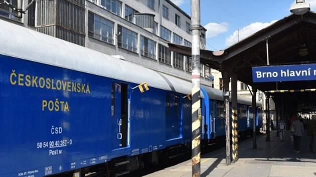 Vlak připomíná výročí vlakové pošty.