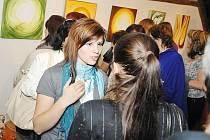 Zuzana Žváčková na vernisáži své výstavy Tok energie.