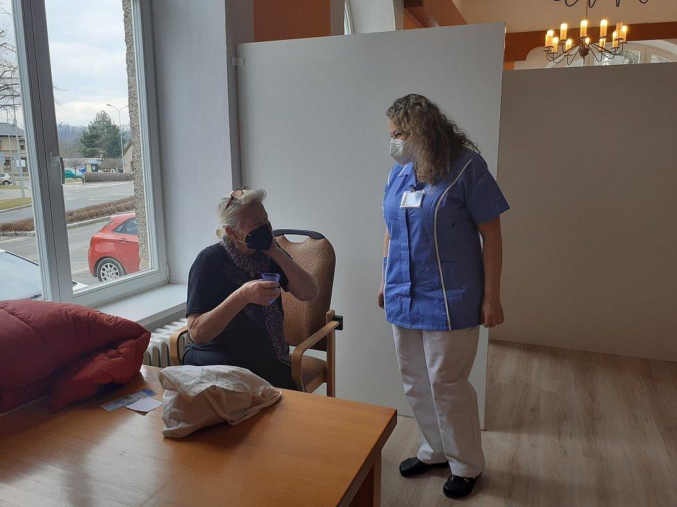 V čekárně čekají naočkovaní