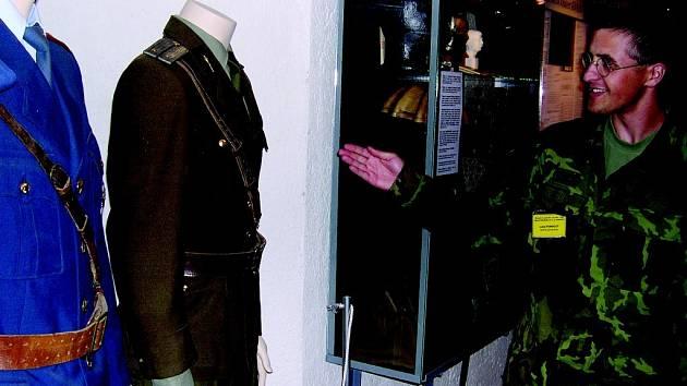 """Jedním z průvodců výstavy """"Zločiny komunismu – Lidé proti lidem"""" v králickém pěchotním srubu U Cihelny je Lukáš Pernický (na snímku) z brněnského Vojensko historického klubu Erika."""