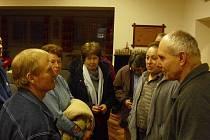Jan Betlach  (vpravo) v rozhovoru s účastníky besedy.