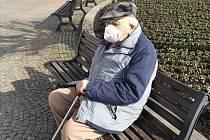 Senior z Ústí nad Orlicí v době covidové vychází do ulic málo.