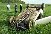 U obce Třebovice havaroval vůz se dvěma dívkami.