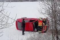 Ve Skuhrově skončilo auto mimo silnici.