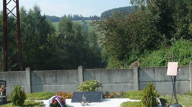 Plastika se jmény obětí transportu smrti na hřbitově v Dlouhé Třebové.