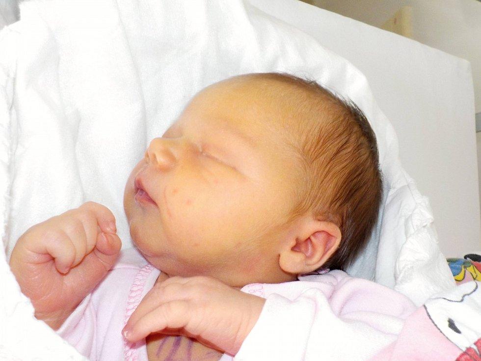 Karolína Kučerová přišla na svět s váhou 3800 g dne 9. 6. v 10.22 hodin. Doma v Lubníku bude dělat radost rodičům Boženě a Jaroslavovi.