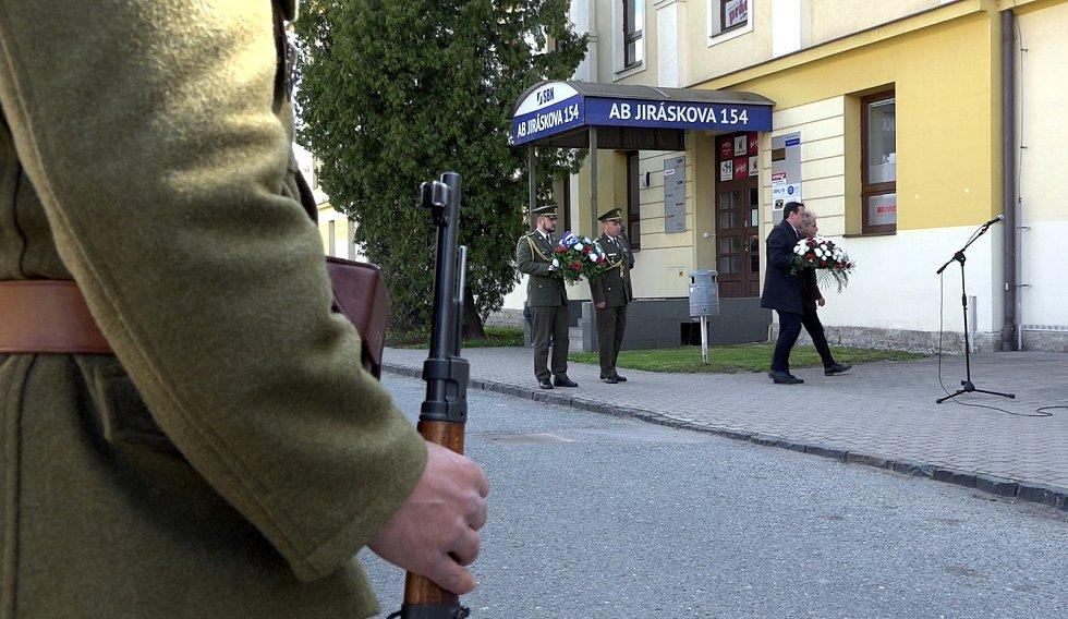 V úterý 7. května v předvečer výročí ukončení druhé světové války se u pamětní desky na budově bývalých kasáren v Jiráskově ulici ve Vysokém Mýtě uskutečnil pietní akt.