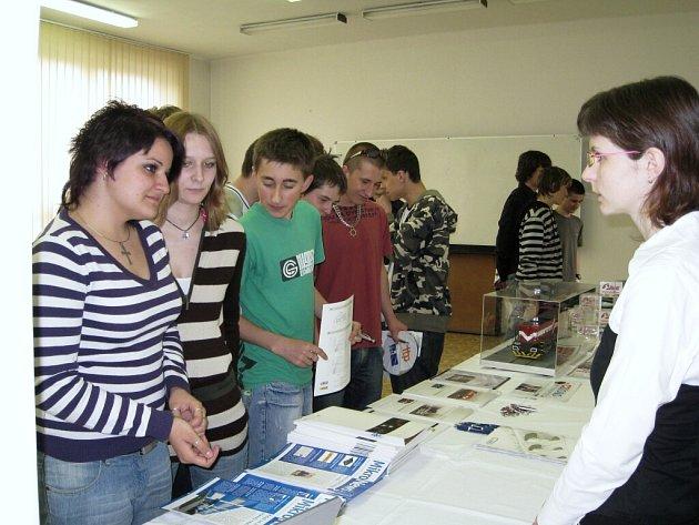 Studenti Vyšší odborné školy a Střední odborné školy Gustava Habrmana se včera ve své škole zúčastnili prezentace zaměstnavatelů a přehlídky pracovního uplatnění.