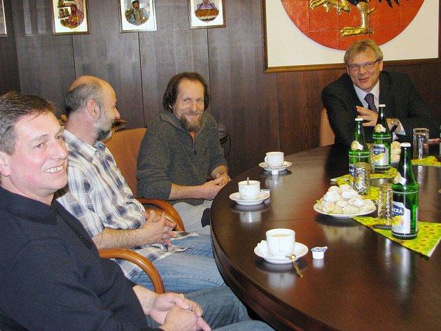 Pracovníci Tezy na setkání se starostou Jaroslavem Zedníkem.
