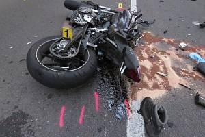 Motorkář havaroval, po převozu do nemocnice zemřel.