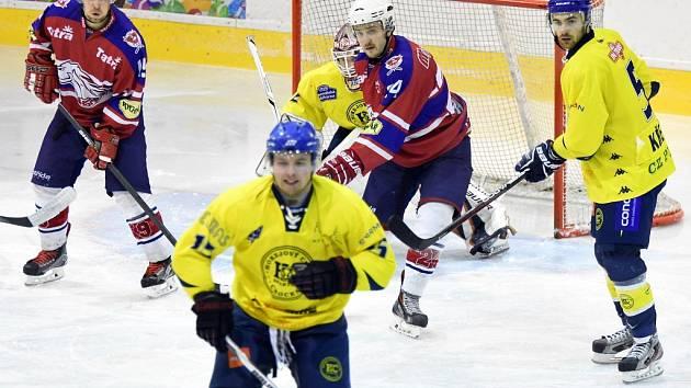 ČELEM VZHŮRU. Hokejisté Chocně zvládli vstup a porazili Hlinsko. Ačkoliv se hráči Hlinska snažili clonit gólmanovi Sajdlovi ve výhledu, více než jednou jej nepřekonali.