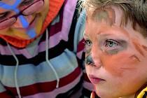 Malování na obličej se dětem líbilo.