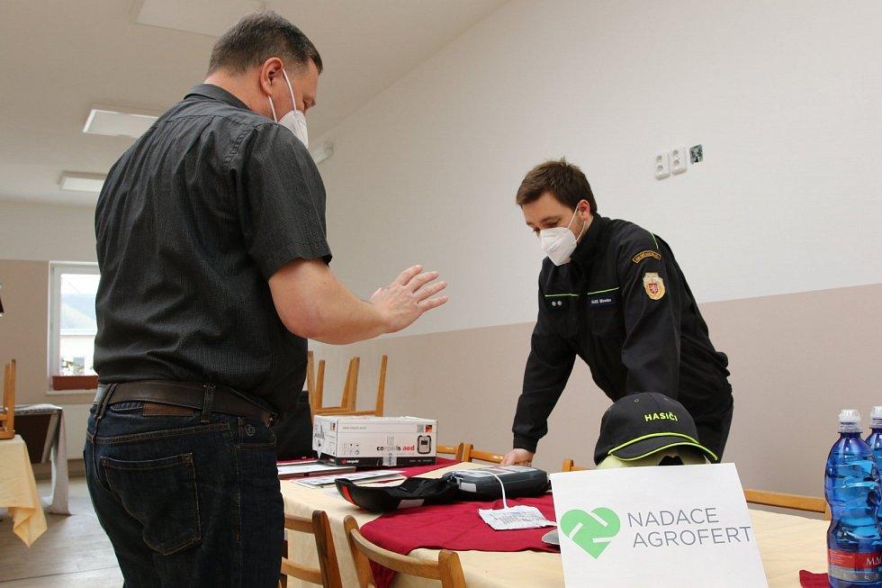 Dobrovolní hasiči mají nový defibrilátor.