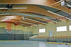 Ze čtyř variant nového řešení spadlé střechy českotřebovské sportovní haly Pardubický kraj a zástupci Profistavu vybrali variantu  lepeného plnostěnného vazníku se zaoblenou spodní hranou.